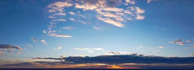 Panorama colorato del cielo durante l'alba o il tramonto.
