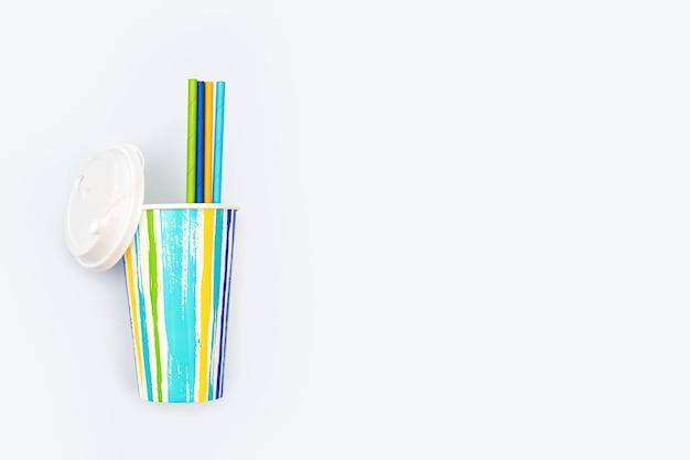 Bicchiere di carta colorato per caffè o cocktail e cannucce di carta pacchetto estivo luminoso