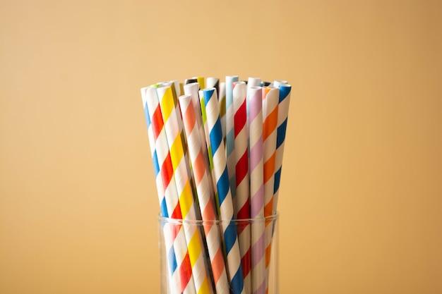 Cannucce di carta colorate. forniture per eventi e feste. cannucce biodegradabili, concetto di inquinamento. zero sprechi. copia spazio
