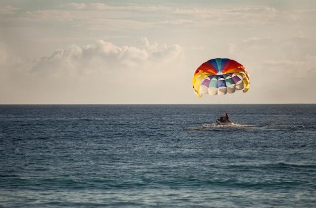 Paracadute colorato sul mare al tramonto a bayahibe, repubblica dominicana