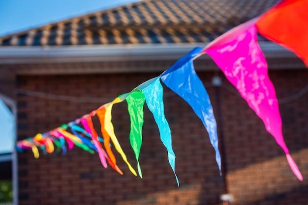 Bandiere di partito colorate su una linea