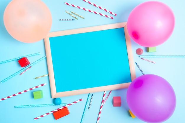 Disegni di inviti per feste colorate idee per la pianificazione di celebrazioni luminose nuove decorazioni appariscenti candele di coriandoli di palloncini celebrare le esigenze di festa di design