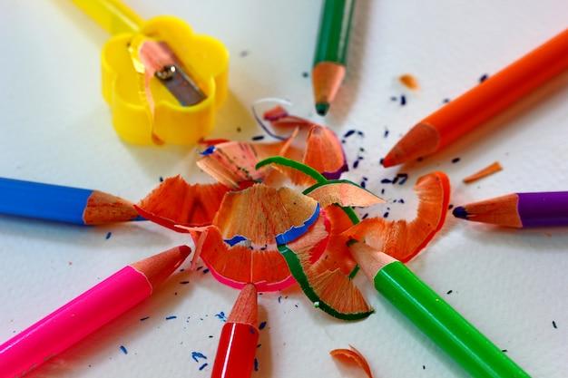 Rasatura a matita colorata