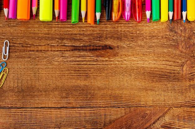 Matite colorate, pennarelli e penne