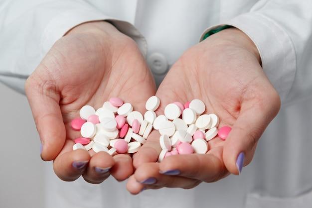 Pillole colorate e medicine nelle mani