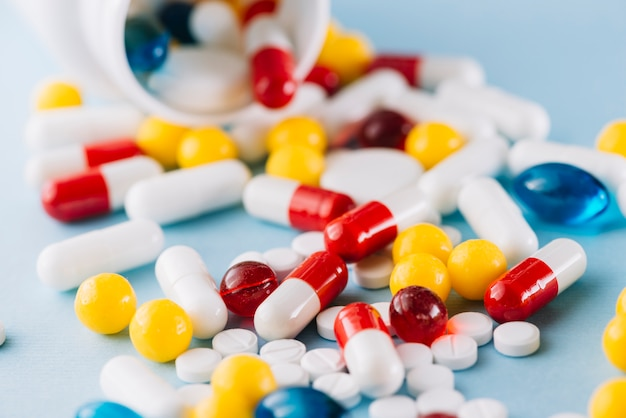 Pillole colorate e bottiglia di plastica Foto Premium