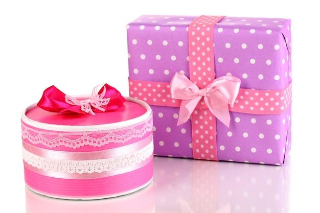 Regali colorati rosa e viola isolati su bianco
