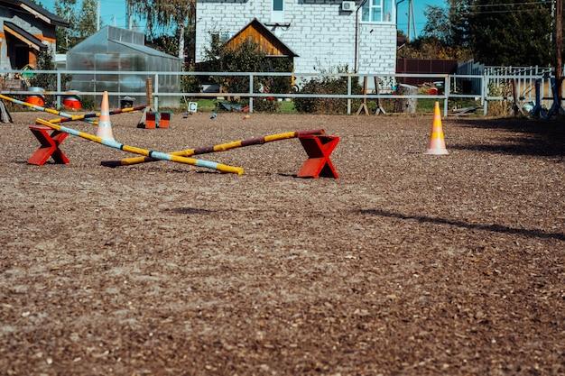 Accessori in plastica colorata per cavalli e cavalieri. accessori per corsi ed eventi di cavalli nel centro di addestramento equestre rurale