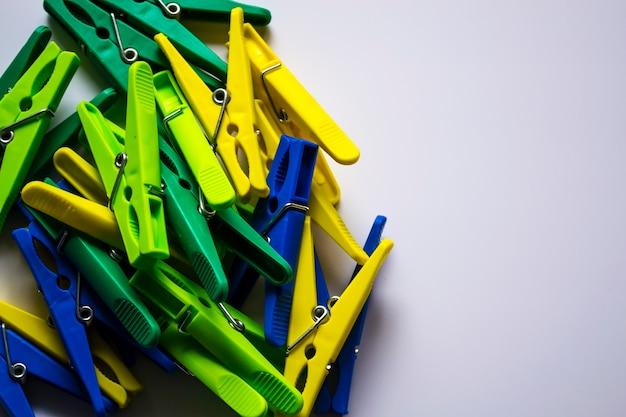 Mollette di plastica colorate su uno sfondo chiaro spazio per la tua iscrizione minimalismo originale e...