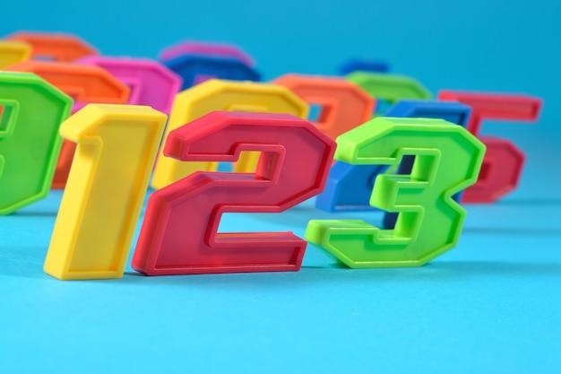 Numeri di plastica colorati 123 su sfondo blu