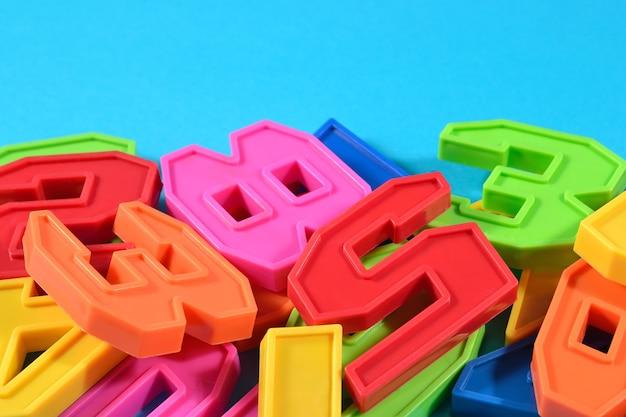 Numeri di plastica colorati su sfondo blu