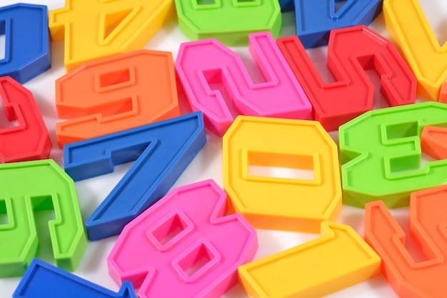 Numeri di plastica colorati si chiudono su un bianco