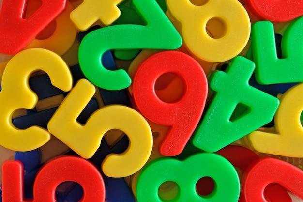Numeri di plastica colorati da vicino