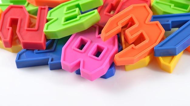 Numeri di plastica colorati su sfondo bianco