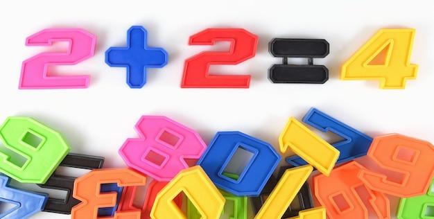 Numeri di plastica colorati su fondo bianco