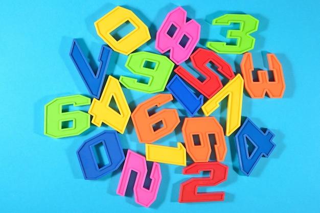 Numeri di plastica colorati