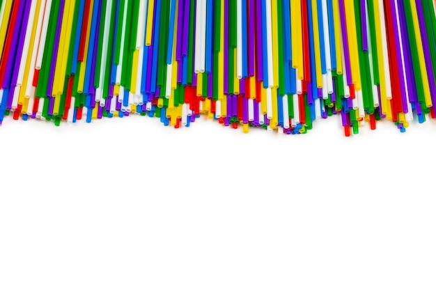 Tubuli di plastica colorati isolati su bianco