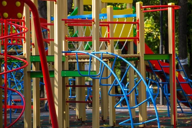 Giochi colorati per bambini nel parco pubblico