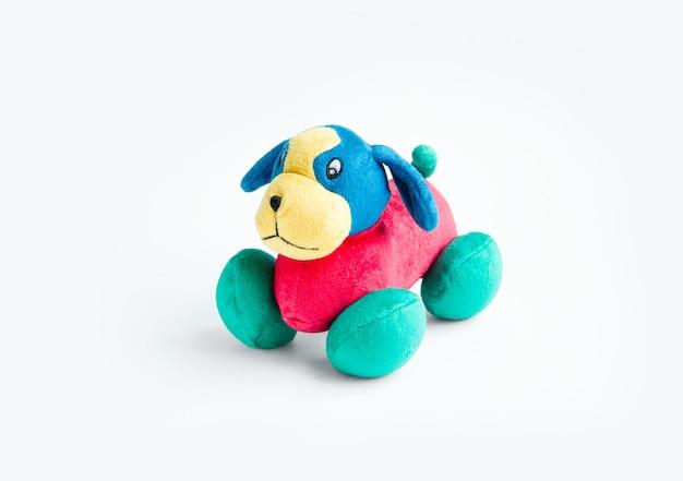 Peluche colorato cane giocattolo peluche isolato su sfondo bianco cane blu rosso verde