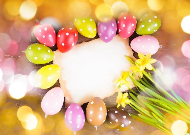 Uova colorate a pois e biglietto di auguri vuoto. decorazioni pasquali