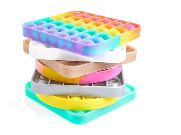 Giocattoli antistress sensoriali a bolle colorate pop-push, impilati in pile isolate.