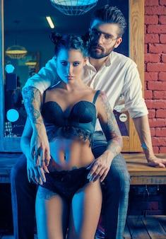 Ritratto colorato di bella coppia nel negozio di barbiere