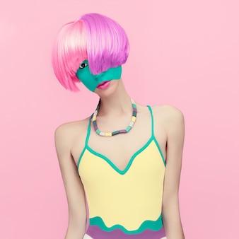 Ritratto colorato di una ragazza alla moda che mescola i colori