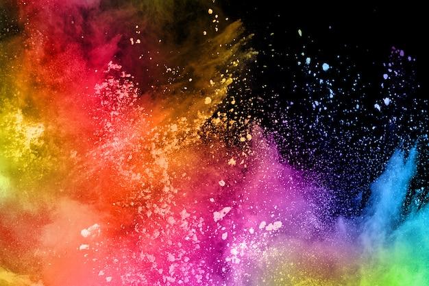 Esplosione di polvere colorata su sfondo nero.