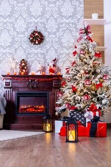 Regali colorati sotto l'albero di natale nella stanza decorata. la gioia del natale.