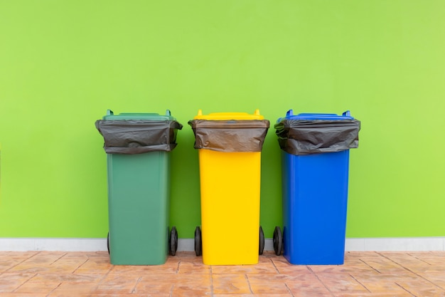 Cestino colorato gruppo di contenitori verde, bidoni della spazzatura con sacchi della spazzatura