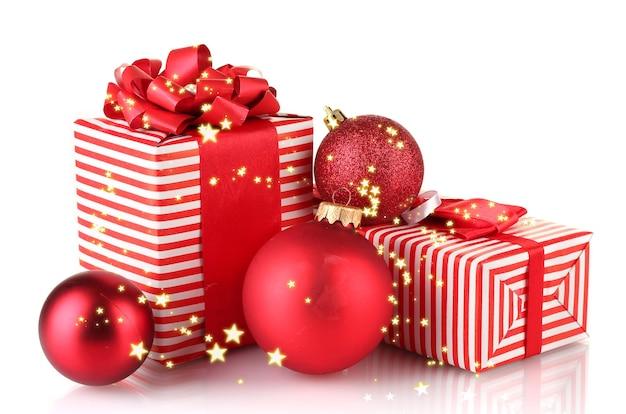 Regali rossi colorati con palline di natale isolate su bianco