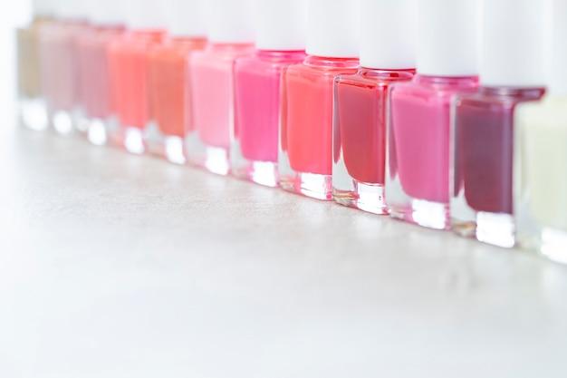 Smalto colorato rosso e rosa su sfondo grigio