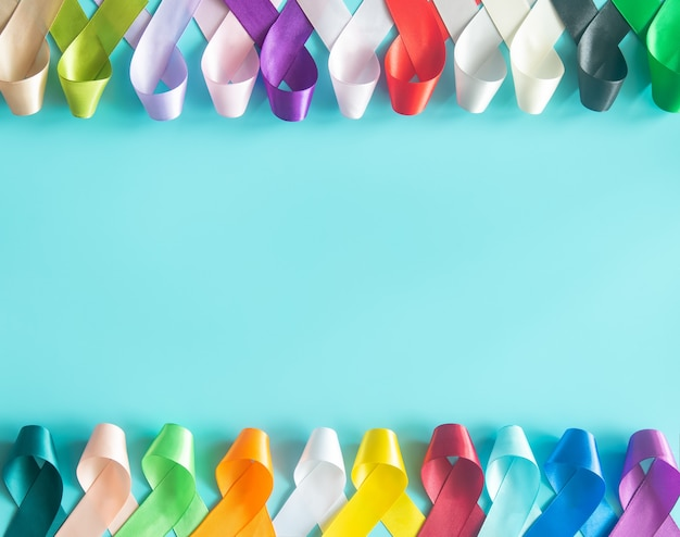 Nastri colorati sulla superficie blu pastello