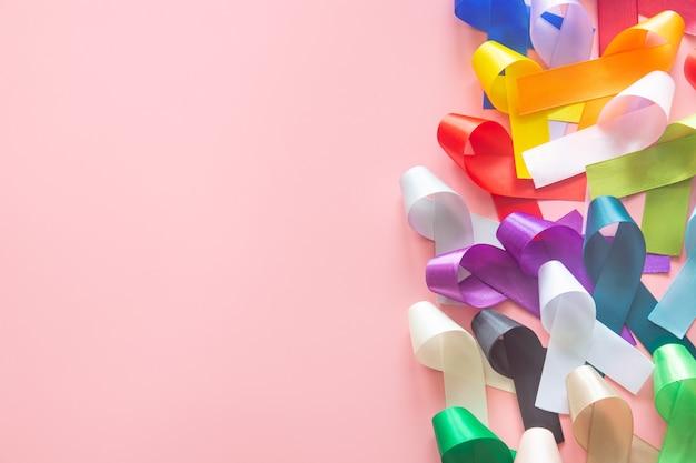 Nastri colorati sulla superficie rosa pastello