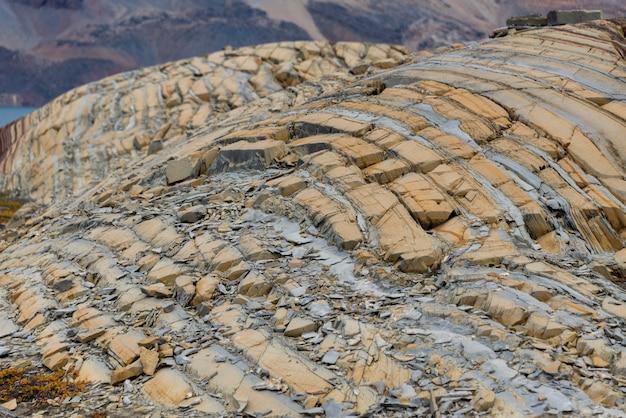 Rocce variopinte nella fine orientale della groenlandia su.