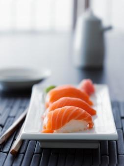 Nigiri color salmone in ambiente asiatico