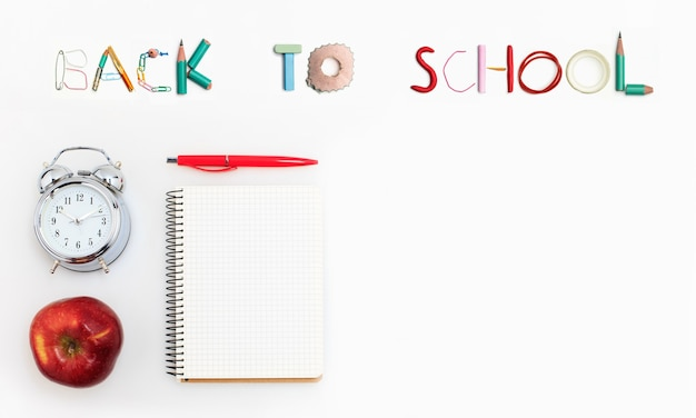 Bordo d'angolo colorato forniture scolastiche su uno sfondo bianco. istruzione, tempo di scuola