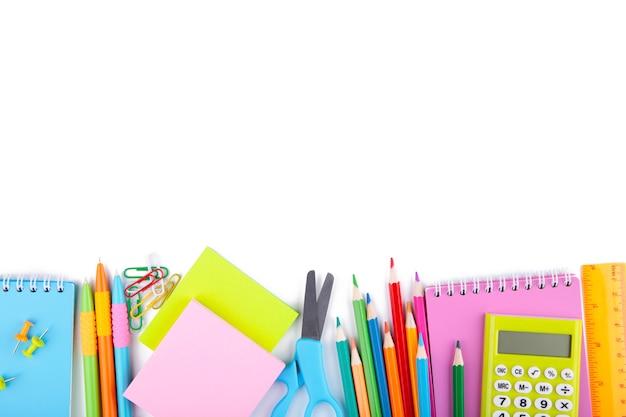 Rifornimenti di scuola variopinti isolati su bianco