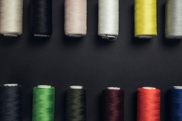 Filati per cucire colorati sul nero
