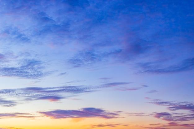 Sfondo cielo colorato dopo il tramonto la sera