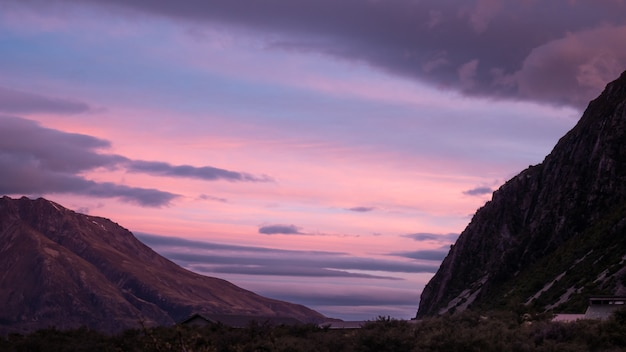 Cielo colorato durante il tramonto nella valle alpina girato al parco nazionale di aoraki mt cook, nuova zelanda
