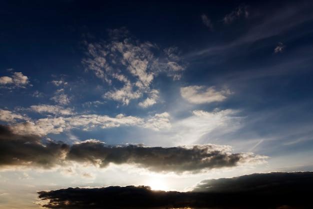 Cielo colorato durante il tramonto o l'alba, il cielo è di tonalità calde in tempo nuvoloso e le nuvole sono illuminate dalla luce del sole