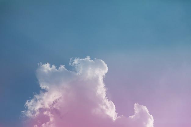Cielo colorato con bellissime nuvole