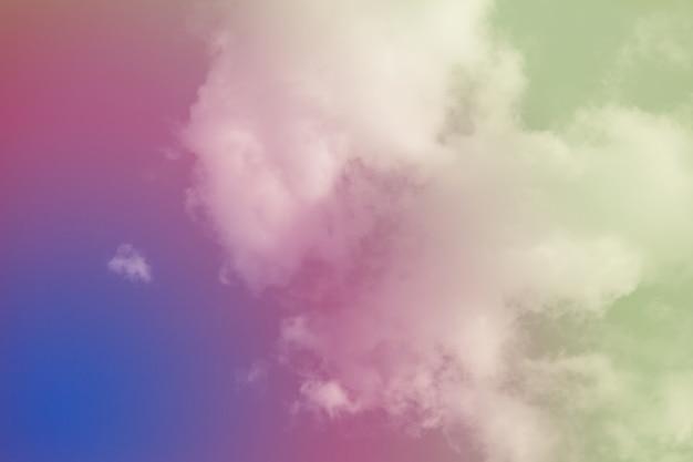 Cielo colorato con belle nuvole.