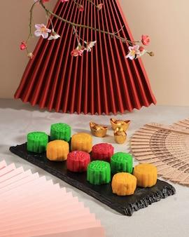Torta di luna con pelle di neve colorata, torta di luna dolce innevata, dessert salato tradizionale per il festival di metà autunno su sfondo pulito, primo piano, stile di vita per il concetto di metà autunno