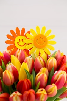 Un biglietto di auguri di primavera colorato con fiori per pasqua, festa della mamma.