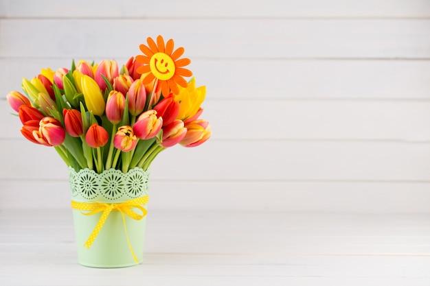 Una primavera colorata con fiori per pasqua