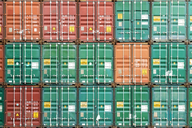 Pila variopinta di contenitore in porto industriale.