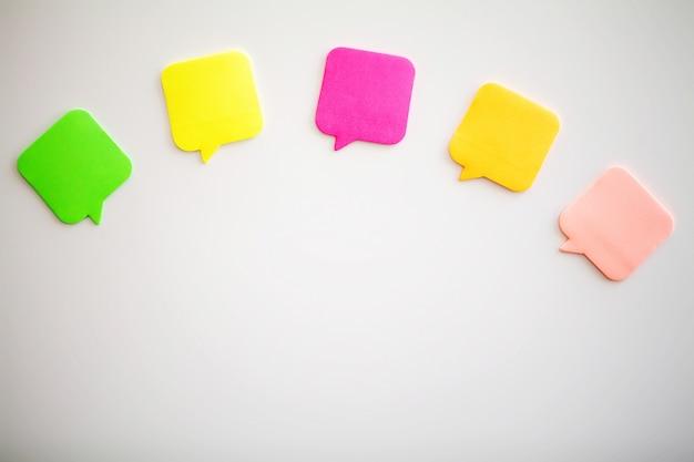 Adesivi colorati sul muro bianco. spazio vuoto per il testo