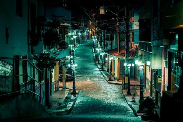 Strada colorata in una piccola città con lampade